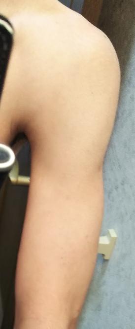 女の人に質問です。男の人の腕と肩ですがこの腕は筋肉があるように見えますか?細いように見えますか?普通サイズに見えますか?