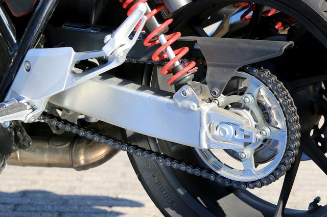 CB400SFのスイングアームがアルミである必要性てあるのですか。 ・・・・・・・・・・・・・・・ 確かにCB1000Rだったら運動性能を上げるためにアルミスイングアームでもいいと思いますが。 ...