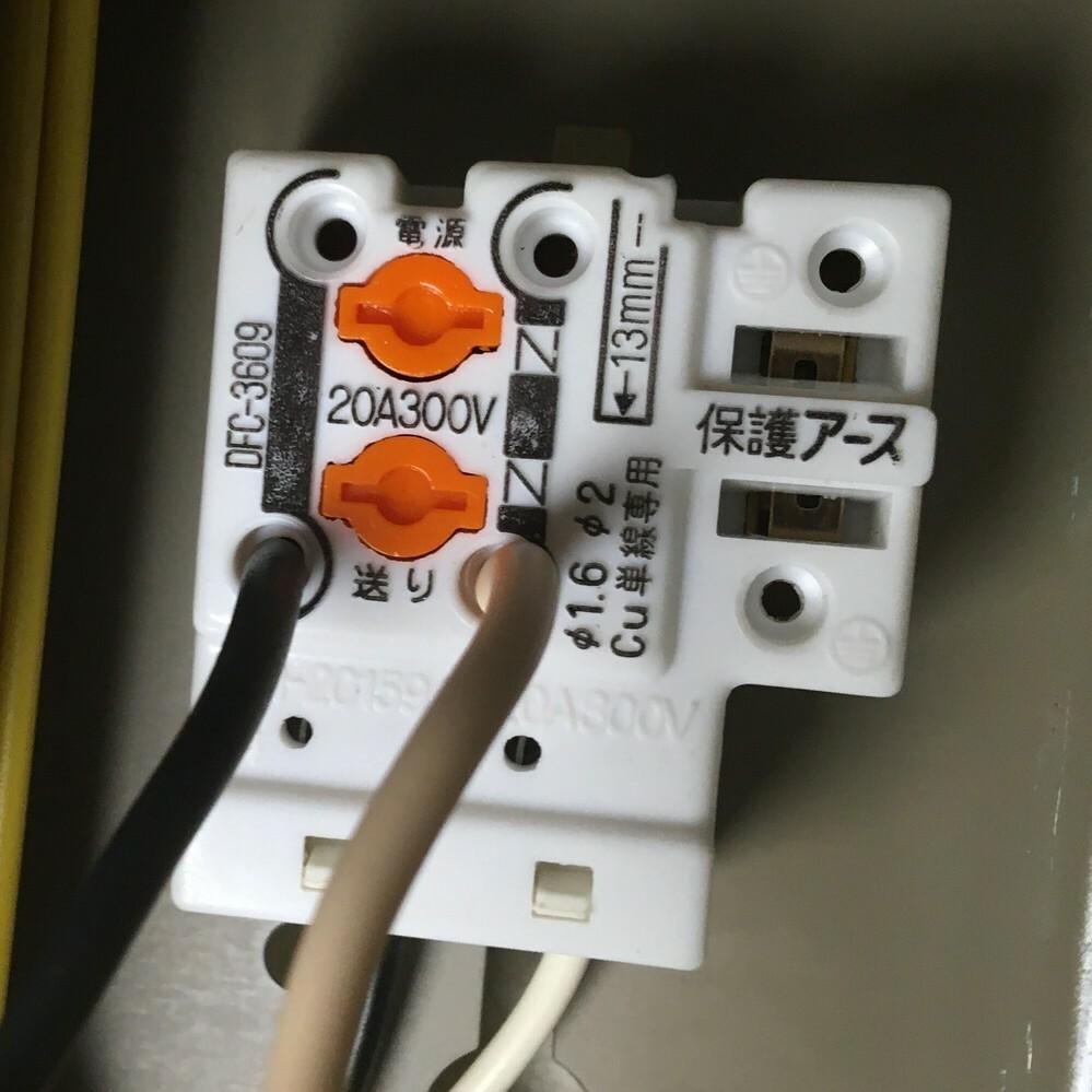 壊れた蛍光灯機器を取り外して捨てたいのですが、この電源ケーブルの外し方が分かりません。切断するしかないのでしょうか? 1.取り外す方法があれば教えてください。 2.作業中はブレーカーを落としておく、取り外し後のむき出しになったケーブルはビニールテープをグルグル巻いておくということでいいでしょうか。
