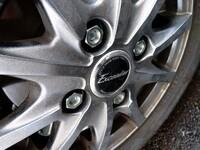 ハブボルト、ナット、タイヤ交換について 当方エブリイda17に乗っており、純正ホイール(鉄チン)から、実家に余っていたアルミホイール(12インチ)に履き替えようとしたところ、純正ナットが半分程しか入らず、...