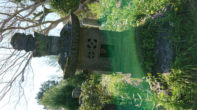 石殿を説明するとしたら何と言えばいいですか? 石の祠とは形は似ているが別物ですよね?