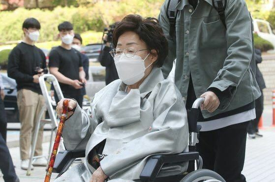 完全に解決した問題として 日本のマスコミは 日本国内で報道せずに 日本国民に知らせない (要するに完全にシカトの) 方が良いのではないでしょうか? ・【判決がどうであろうと】 相手にするのはバカバカしいですよね? 補足・このカツラで車椅子の おばちゃんも どう言い含められたのか、 違う意味で 被害者だと思います。 https://search.yahoo.co.jp/searc...