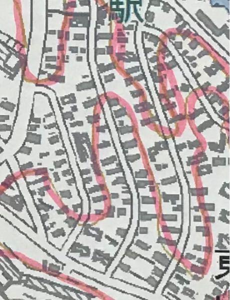 なぜここの住宅地の道路は少しカーブしているのですか?