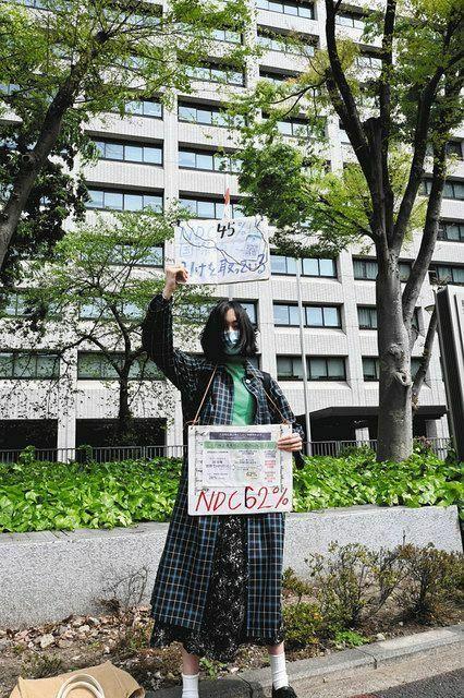 以下の東京新聞社会面の記事の前半部分を読んで、下の質問にお答え下さい。 https://www.tokyo-np.co.jp/article/99881?rct=national (東京新聞社会面 もっと引き上げて!62%減必要! 政府が温室効果ガス「30年46%減」の新目標表明) 『「目標は不十分、もっと引き上げて」ー。政府が22日に示した温室効果ガスの排出削減の新たな目標について、東京...