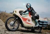仮面ライダーシリーズのライダーマシンについて質問です。 初期型のサイクロン号で、上手く表現できないのですが 姿勢を低くしたりカウルから少しだけ顔を横に出しながら 運転する仕方が独特で好きなのですが、 サイクロンやロードセクター、Zブリンガー以外で ライダーが変わった乗り方をした バイクや車があったら教えて下さい。  また、バイクカテゴリの方にお聞きしたいのですが、 この画像のように屈んで運転...
