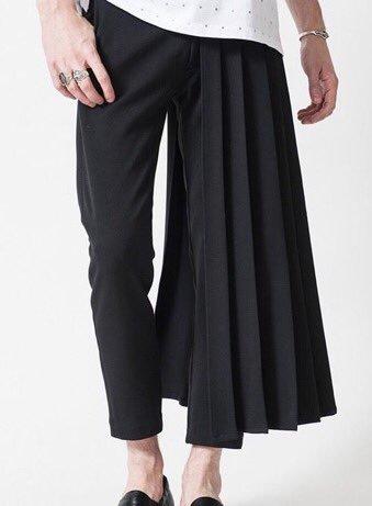 この画像のようなパンツを探しています。 様々な画像検索など思いつく限り手を尽くしたのですが、どうしても見つかりません。 片側がプリーツスカートで反対側がパンツスタイルになっているアシメのものです。そもそもこのような形のパンツの名称も分からず困っています。 このようなスタイルのパンツが、どこのブランドの何と言う商品か教えてください。 よろしくお願いします。