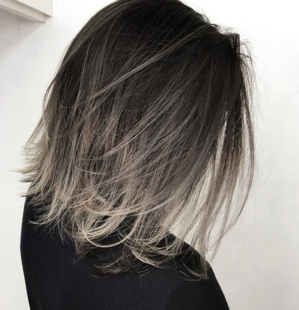美容院で、この髪色にしたいのですが、これは何色ですか?グラデーションのグレー?ですか?
