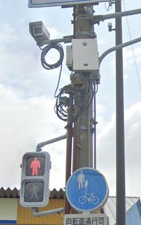 信号機の柱に、しかも高い所に付いてる警察マークの着いたボックス(白など)は何ですか? しかもその横にカメラ?らしきものが有りますが、このボックスと関係があるのか、しかもそのカメラは何を撮影してる物なのか? Nシステムやオービスなどは聞いた事ありますが、その他のカメラもあるのでしょうか?