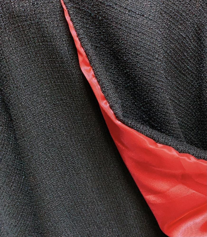 画像の黒色部分の生地を探しています。 コロナ禍で実際に布を探しに行くことが出来ず、ネットで探そうにも布の名称が分からず困っています。 どなたかお知恵をお貸しください。 よろしくお願い致します。、