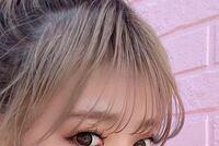 ストレートアイロンで前髪を巻こうとするといつもおでこの方までくるっとなってしまいます。 どうしたら軽く巻けるのでしょうか。  画像のような前髪にしたいです。