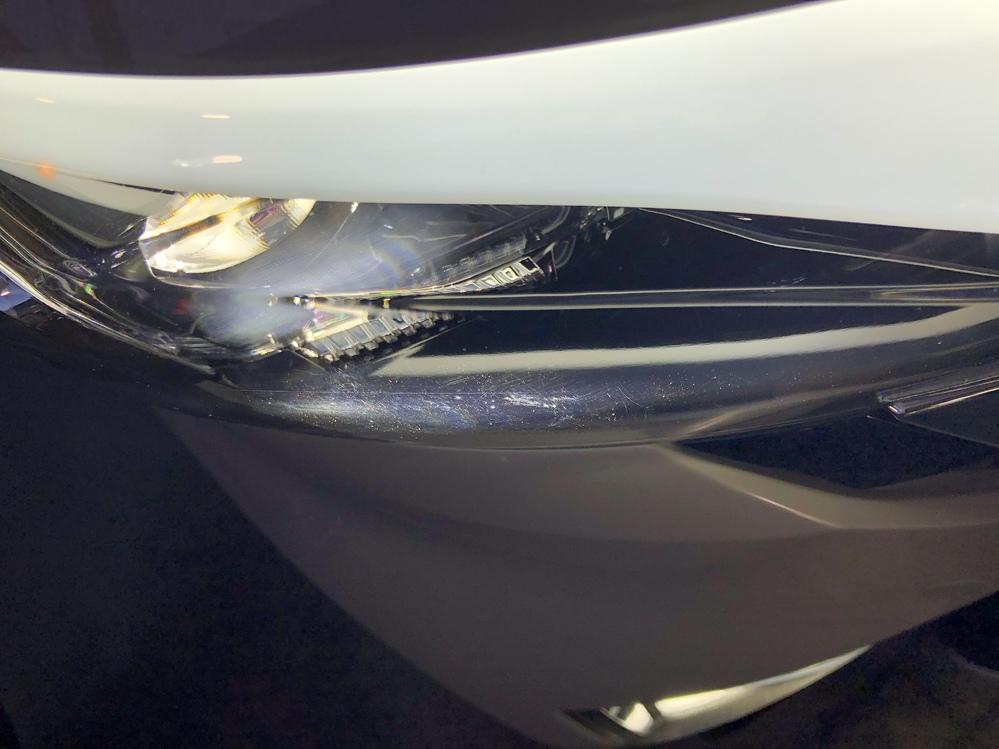今月新車で日産LOOXを購入したのですが、画像のようなヘッドライトを付けるとかなりの傷がありました。 ヘッドライト事両方取り換えて貰ったのですが、片方だけ綺麗になって帰ってきました。 どうしても傷があります。 日産の営業マンはこれは拭くからです、拭いた傷ですと言い張ります。 どう見ても内側の傷だと思うのですが、拭くだけでこんな傷になるものですか? これからこんなんじゃ洗車も出来ませんが、軽はこんなものですか? セレナから乗り換えたのですが、今までこんなこと無かったので。 車(軽またはLOOX)に詳しい方よろしくお願い致します。