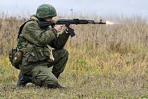 AK74のスリング取り付け金具ってなぜ右側にあるのでしょう。どう考えても左側の方が使いやすいし、撃つ時も邪魔にならないと思うのですが。