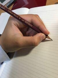 左利きです。 この鉛筆の持ち方はおかしいですか? おかしければ、直すべき所を教えてください