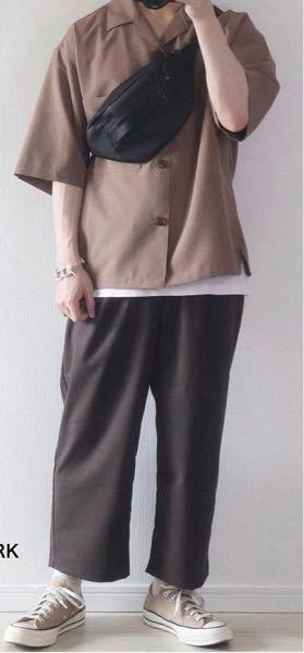 このような中に着てる白のインナーは袖ありですか?タンクトップですか?