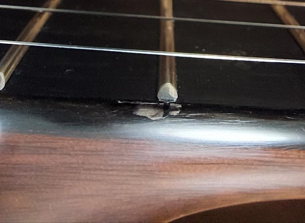 ギターに詳しい方に質問です。 ギターの、指板(フレットの横)を見ると塗装? の浮きの様になっていました。皆さんもありますか? 修理は可能でしょうか? 材はエボニーです。 ご回答宜しくお願いいたします。