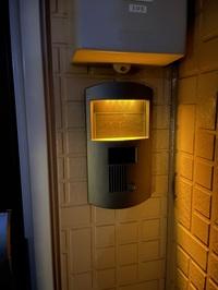 アパートに引っ越してきましたが、外の電気がずっと付きっぱなしです。 スイッチもなくどこで消すか教えてください。
