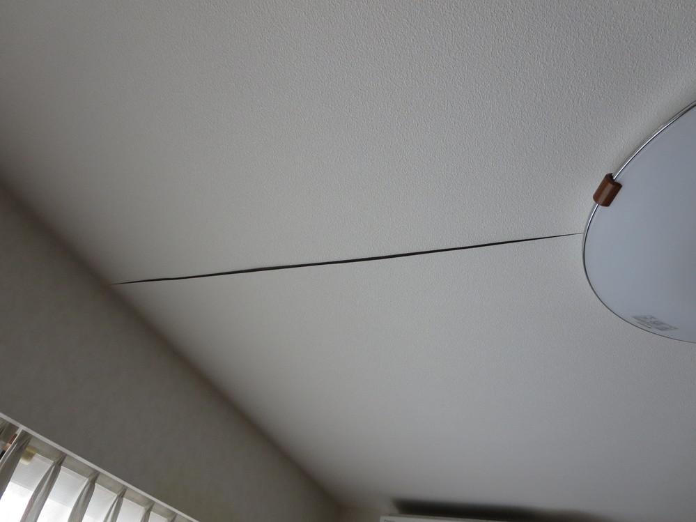 浮いた天井クロスの補修方法について 築20年近くになり経年劣化のせいか、何年か前から天井のクロスに浮きが 出てきました。 手を打たないと思いながら放置していたのですが照明器具の買い換えを検討 したことで、自分で補修しようと思ったものの内側に接着剤を塗るべきか、 貼り付けた状態で表側に接着剤を塗るべきか、どちらがいいのか迷っています。 また浮き寸前状態のクロスの境目が目立つ場所もありました。 この補修方法について、良い方法補修用品をご存じの方からの教えていただけ ないでしょうか。 よろしくお願いします。