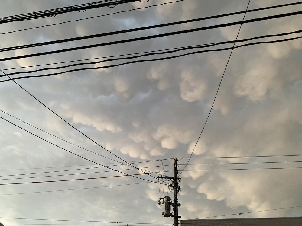 これは地震雲ですか?ただの雲ですか? なんだか見たことのないような雲なので少し不安な気持ちです。 今、西の空は日没時刻なのに明るくて、東の空はどんよりと真っ暗です。 何も起こらないことを祈ります。