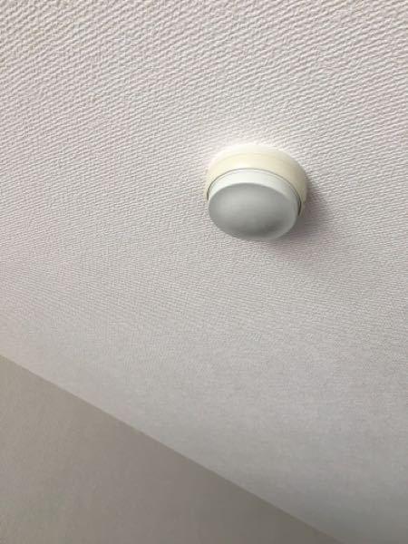 自火報が必要な規模のマンションの住戸の各部屋に添付の感知器がついておりました。 また、寝室想定の場所には同感知器はありますが煙感知器がありませんでした。 質問です。 ①消防法では熱感知器があれば煙感知器は免除されるのでしょうか? ②そもそも、今の法で、自火報に接続される寝室は煙感知器にする必要はないのでしょうか。