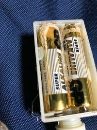 乾電池式のキャンプ用のランタン?(セコいやつ) ですが、 電池を交換しようと思い開けてみたら 電池が塩をふいたみたいになっていました…  ① この電池は女性でしょうか?  ② 電池を新しくしたとしても 再使用は危険が危ないでしょうか?