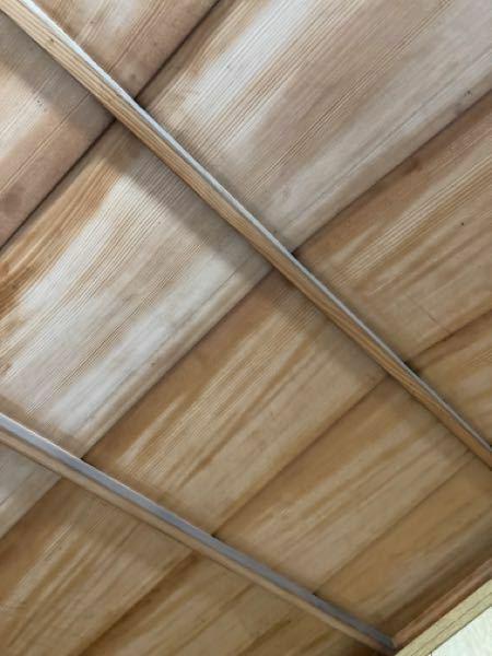 古い家で、天井がこんな感じで細かい砂?みたいなのが落ちてきてしまうのですが、対策or解決策はありますか?