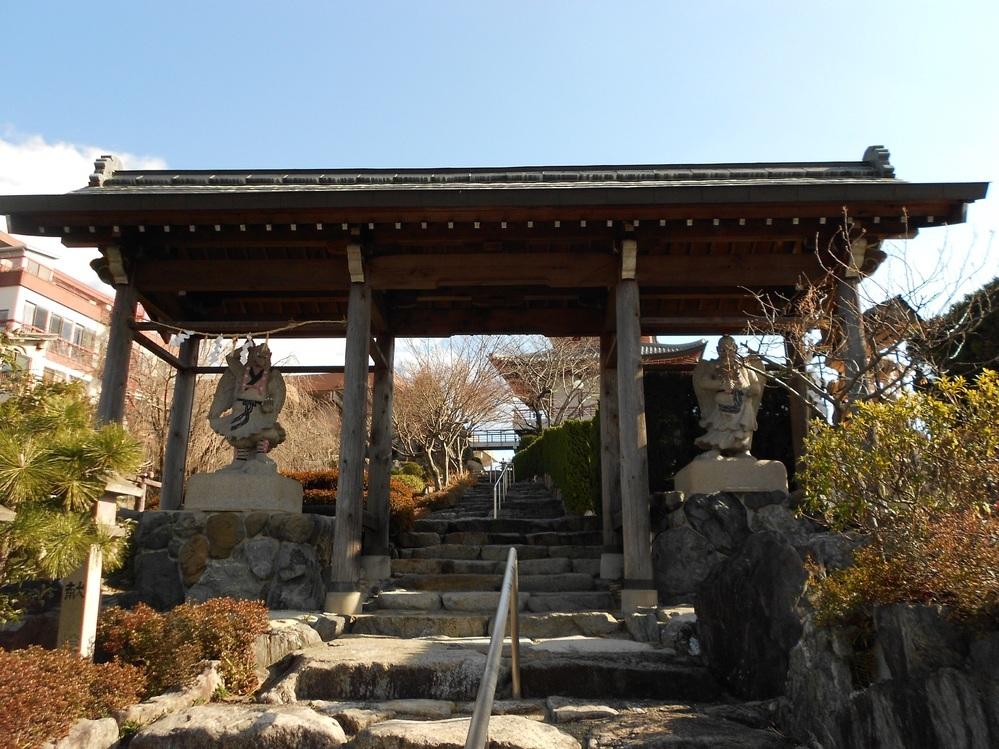 画像のお寺(?)がどちらか探しています。 天狗や観音像、白いピラミッドのような建造物があります。 名古屋市内だったような気もしますが、確証はありません。 よろしくお願いします。