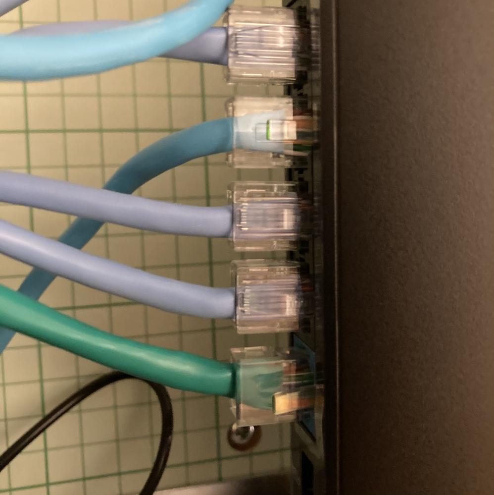 LANケーブルのつなぎ方について質問です 今プレステ4とWiFiにLANケーブルを接続してプレイしたいと考えてるんですが、こんな感じで上の5つ入るところが全て埋まっています。線は壁の中に空けられ...
