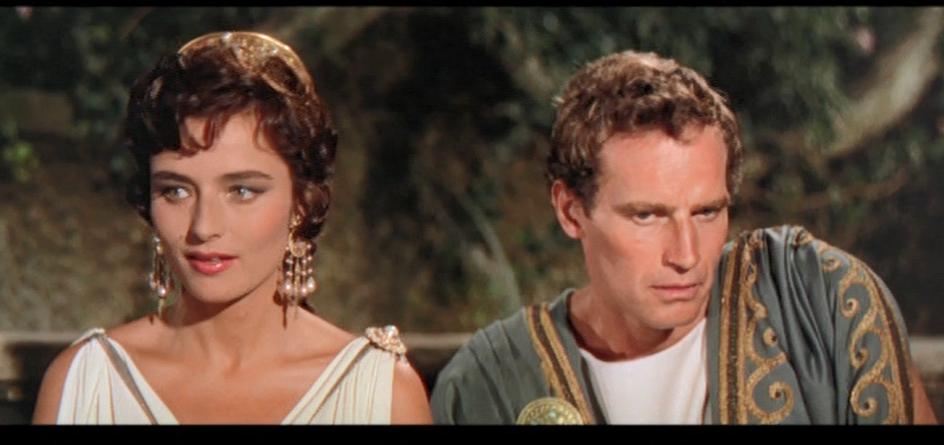 映画ベンハー(1959)の劇中で、 ベンハーが、アリウスの養子になったシーンで、 ベンハーの横にいた女性は誰でしょう? (戦車競技のヒーローになったベンハーのファンでしょうか?) またあの女優さんは誰でしょうか? よろしくお願いします。
