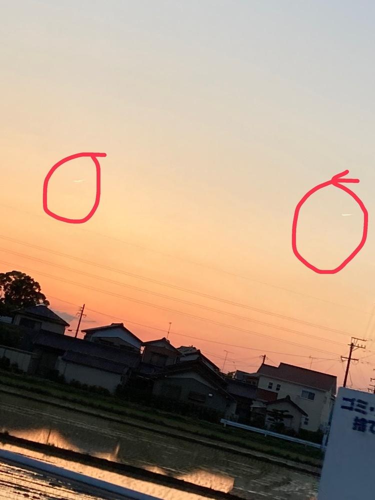 グループLINEでこれは何?と聞いてる人がいたので聞きたいのですが、下の写真の赤色の丸に囲まれてるやつはなんでしょうか? 個人的には飛行機雲だと思うのですが、友達は違くない?と言っていたのでお聞きしたいですm(。>__<。)m