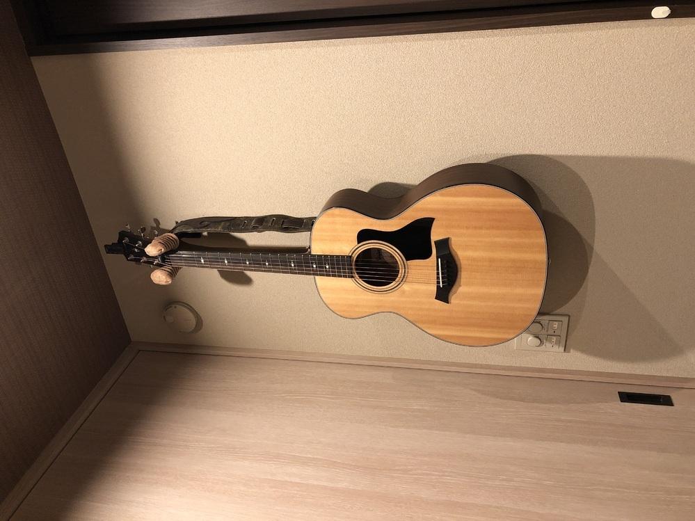 弾かなくなったアコギの最適な保管方法は? ヤマハのサイレントギターを購入してからそちらばかり弾くようになりました。アコギのほうは週に1時間も弾いていません。写真のような状態で吊るしたままです。ハードケースに調湿剤を入れて半音程度弦を緩めて保管したほうがいいでしょうか? ちなみにメーカーでは弦を緩めてはいけないと警鐘しています。 ハードケースでの保管も肯定派否定派入り混じり、正直どのようにして...