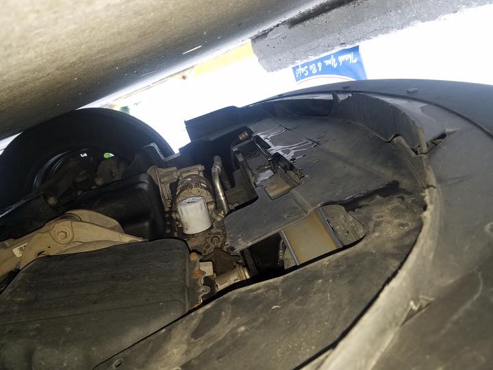 車のボンネットの下(車体の下の部分)からピンクの液体が したたっています。 何か分かる方いませんか? お願い致します 。 写真の中央部分です。写真が逆さまになっています。