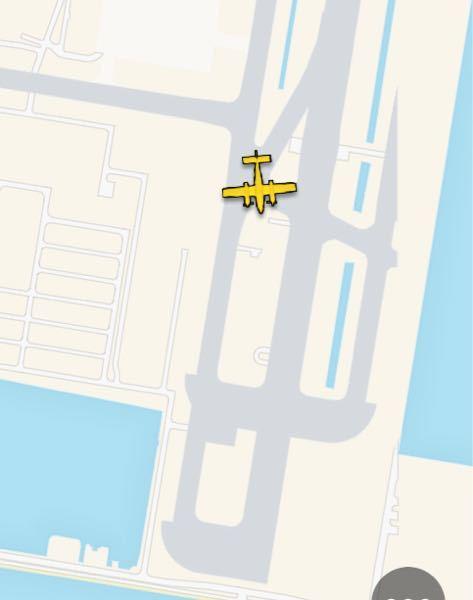 これはプロペラ機ですか? 滑走路の手前で右往左往して何をしようとしているのでしょうか?