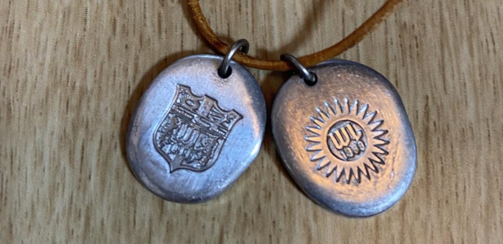 このネックレスはどなたがプロデュースしたものか分かりますか…? ちなみに、裏面には 1999.MS artist produceと書いてあります。