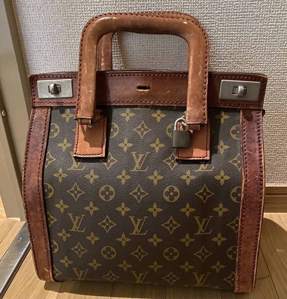 こちらのヴィトンのバッグを祖母より譲り受けました。70年代頃にパリ本店で直接購入したものの中の一つです。 こちらのカバンの名前がわかる方いらっしゃいますか? また、ヴィトンのお店でこういったヴィンテージバッグもお直し可能なのでしょうか、、? 全体的な風合いは気に入っているのですが、どうしても縫い目が解けている部分があり、そこだけ補修して欲しいのです。 よろしくお願い致します。