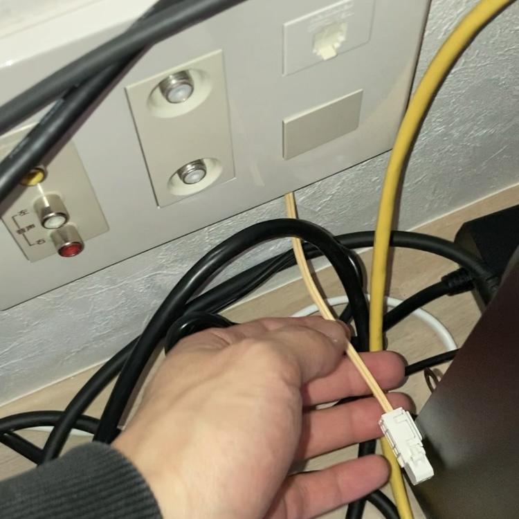 引っ越したマンションに謎のケーブルが出ていたのですが(おそらく光回線のケーブル?)どこの光回線のケーブルか知ってる方教えてください!>_< 【追記】電気屋4店舗くらい回って聞いたので...