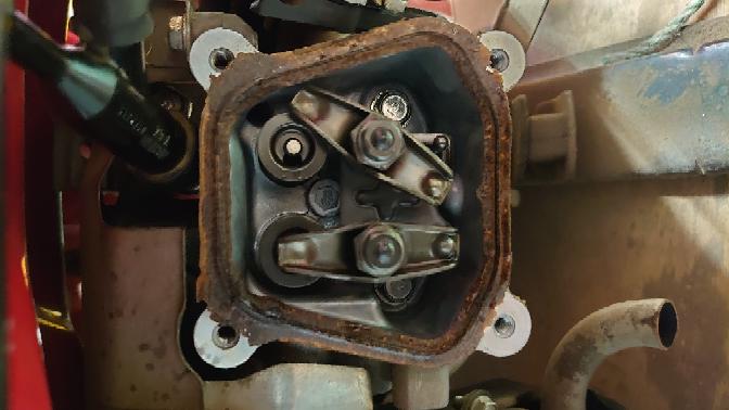 ホンダの発電機がエンジンかからないのでヘッドを開けたら写真の状態でした。右側カム(上の)がゆるゆるなんですが修理可能ですか?よろしくお願いいたします。