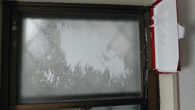 今から15年程前に、脱衣所の窓に目隠しシートを貼りました。 今日新しいのに張替えようと剥がしたら、薄紙がシートから剥がれ、窓にたくさん残ってしまいました。 爪でガリガリすれば取れますが、大変です。 このまま爪でガリガリするか、シール剥がし液?なる物を購入して落とすか、迷っています。 あるいは他に良い方法があれば、その方法でいきたいです。 どうぞアドバイスをお願いします。(;´人`)