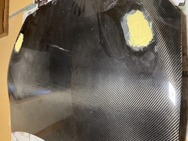 板金、FRP、パテ、エアロ補修についてです カーボンボンネットの穴を、ボディー用のパテで埋めたのですが、本来はしてはいけませんか? この後、ボンネットを全塗装する予定なのですが 裏から板とFRPを樹脂で付けて穴を塞ぎ、表からも樹脂を付けて、その後この様にパテ盛りしてます