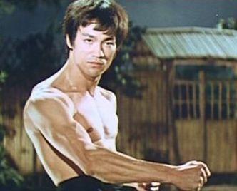 「ドラゴン怒りの鉄拳」「ドラゴンへの道」 そして「燃えよドラゴン」 ブルース・リー映画3作品の中で 最もブルース・リーのワンマン映画と言えばどの作品だと思いますか? 私は、「怒りの鉄拳」です。 道場破りに始まり、 散歩する袴の日本人を殴り倒し、蹴り倒し 台所で、腹巻をした日本人を華麗な回し蹴りで倒し、 人力車に乗せた通訳を倒し、 またしても日本の道場に乗り込み メガネの師範代を日本刀突き刺...