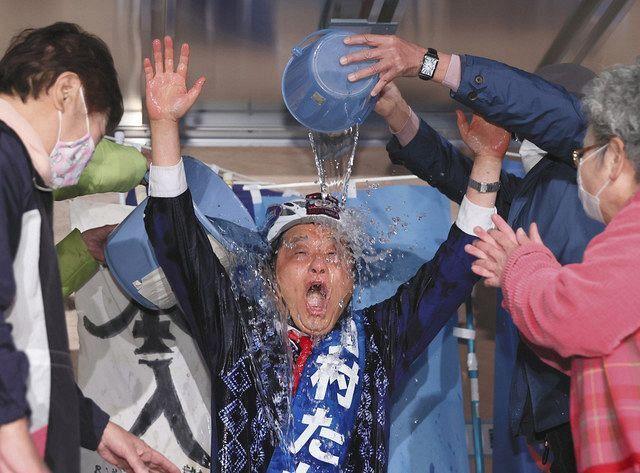 名古屋市市長選挙が終わって 河村たかし氏が当選したのを 見計らって 田中孝博事務局長が 署名の収集を広告代理店に依頼したと 認めました。 偽造は広告代理店が勝手にした事と 主張しています。 選挙前でもそれが事実なら この公表は出来た筈なのですが。 なぜ今このタイミングなのでしょうか?