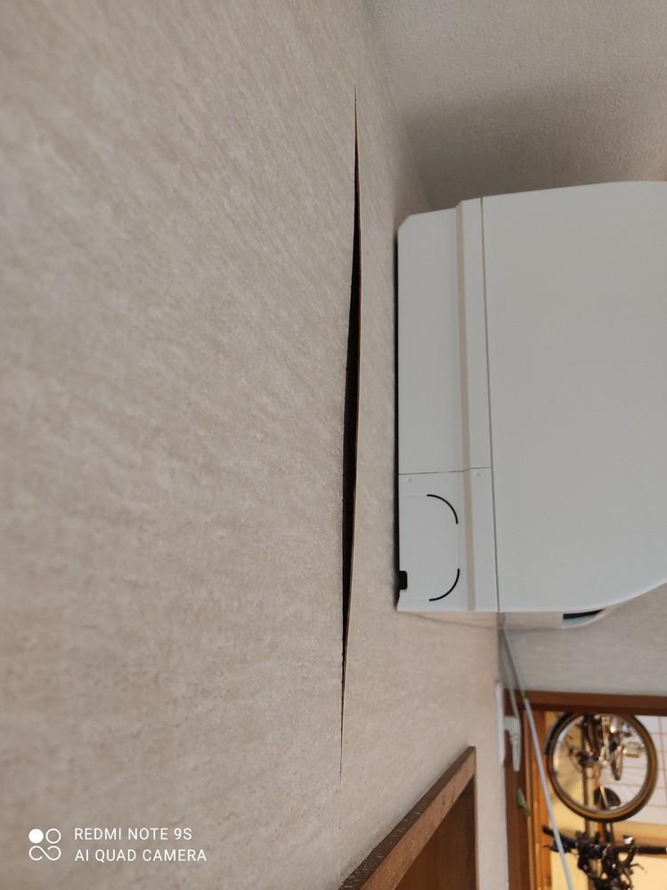安価に修繕する方法を教えてください。 先ほど別の質問で窓枠の歪みについて質問した者です。 貸家の壁についてなのですが、どうすればよろしいでしょうか。 写真のように、下地の合板が湿気と経年劣化で剥がれて浮いてきています。 ここだけ剥がして下地と壁紙をやりかえても、また他のところが同じように浮いてきますよね…? ただ、室内全部となると料金もそれなりになることは目に見えています。 安く直す方法はございませんか? 私が思いつくのは、 頭の出ない目隠し釘のようなもので打ち付けてもらい、釘穴に壁紙補修用のパテを塗るくらいです。 こんな方法通用しますか? ちなみに、上記の場合の釘打ちは他の箇所を直してもらう大工さんに併せて依頼しようと思ってます。 何か良い方法があればご教授ください。