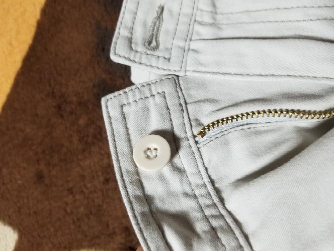 チノパンのウエスト部分のボタンのことで質問お願いします。 前のチャックの上についてる、フロント部分の交換で今は写真のように縫い付けなんですが、鉄製の金槌で打ち込むボタンに交換できるのでしょうか? 調べ