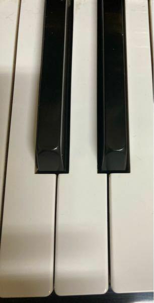 ピアノ初心者です ミの半音下げた音は、右側の黒い鍵盤で合ってますか?それとも、レの音ですか?