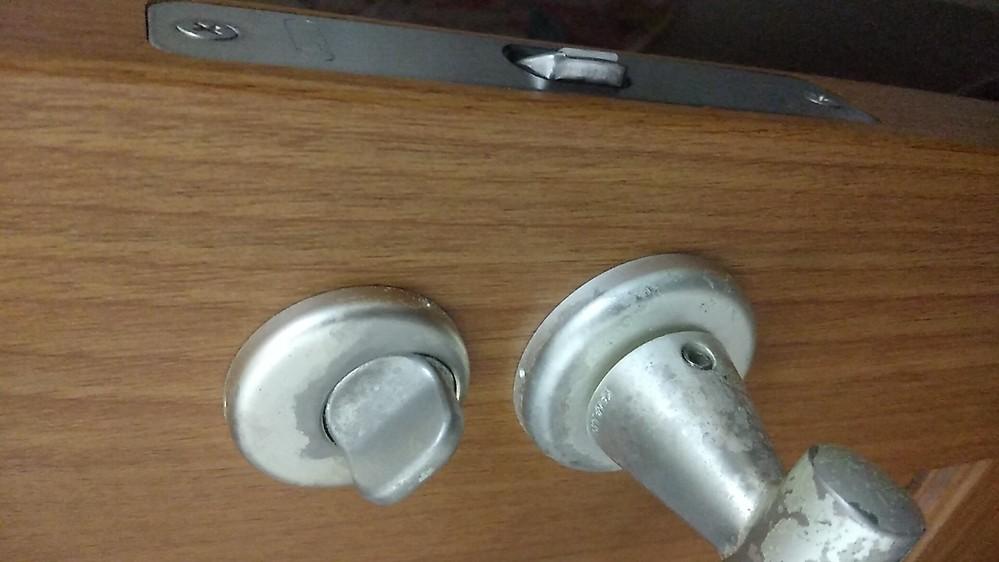 部屋のドア(レバータイプ)の鍵が閉まらなくなってしまいました。 下の写真のようにドアを閉めた状態でサムターンを回したら最後まで回らなく閉まりません。 ドアノブを引けば簡単に開いてしまいます。 ドアを閉めてない状態では鍵をしめることができます。 多分サムターンに問題があると思うのですが、2年ぐらい前から閉まらなくなってしまいました。 業者さんを呼ばないと直らないでしょうか? 直し方等教えて頂けたら幸いです。