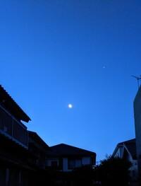 中部地方で今、月の右上で明るい星はなんですか?