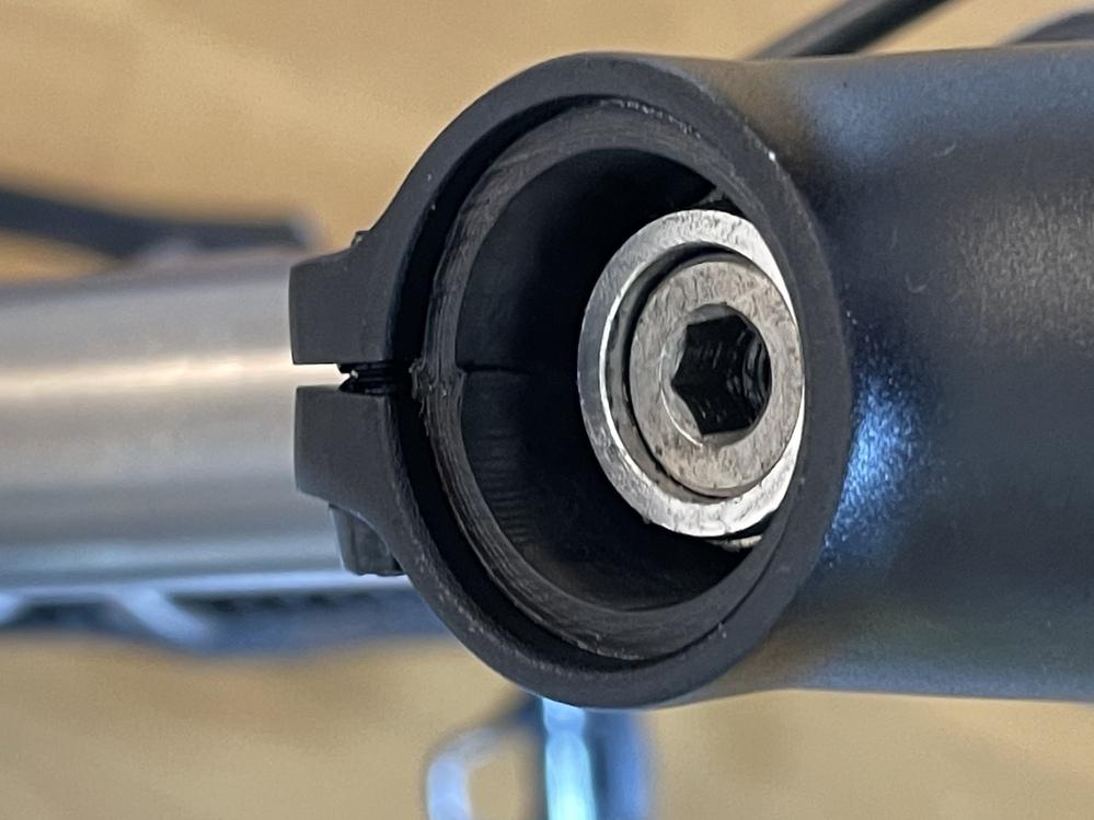 ロードバイクのステムを交換していました。 コラム側のクランプを締めていたところ上側のクランプが締めても締めても手応えがなく、よく見てみたらクラックが入っていました。 下側のクランプは5nmほどトルクがかかっています。 激しいスプリントやグラベルのような荒れた路面は走りませんが、このまま乗るのは危険でしょうか。今シーズン終わったら交換するつもりです。