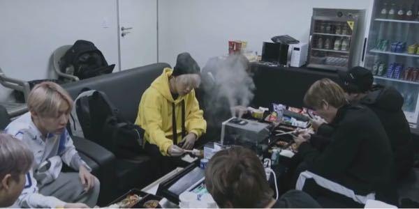 このBTSの画像がどの映像からのかわかる人いませんか?確かメンバーがお弁当を食べながら話してて途中にカメラに撮られていたことに気づいたやつです。