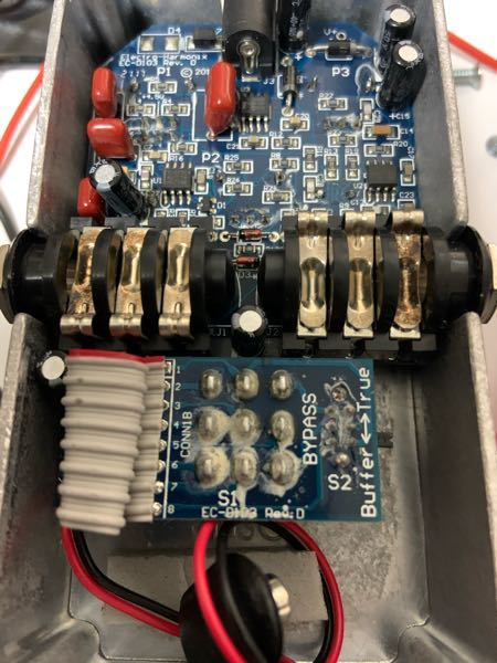 エフェクター修理 友人からエレハモのソウルフードのジャンク品を譲っていただき、修理しようと回路を見たところ、ハンダが白化していました。 ハンダの白化は何が原因なのでしょうか? また、再ハンダで治るものでしょうか