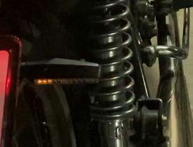 SR400のリアに流れるウインカーをとりつけましたが、ウインカーONすると点灯し始めに、内側3ケ程LEDがちらついてから流れます。フロントはLEDウインカーで点灯と消灯タイプです。 ウインカーリレーはLEDハイフラ対応に変更で、 スペックは点灯回数50c/m〜200c/m 21W×2+3.4W で速度調整付です。 速度はハイフラ状態から調整可能です。 ハザードでは左右正常です。 バッテリ...