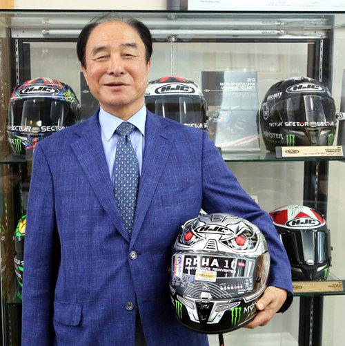 なぜ韓国のHJCのヘルメットが世界1位売れているのですが。 ・・・・・・・・・・・・・・ ・・・・・・・・・・・・・・ ・・・・・・・・・・・・・・ ・・・・・・・・・・・・・・ と質問したら。 安いから。 という回答がありそうですが。 例えば日本やアメリカやイタリアはバイク大国だと思うのですが。 バイクメーカーもバイク人口も多いから自国のヘルメットメーカーも多いと思うのですが。 よく分からないのですが。 韓国てバイク大国でないと思うのですが。 確かに韓国にもよく分からないバイクメーカーはあるにはありますが。 ですがそもそもが韓国人てバイクに乗らないと思うのですが。 韓国てバイク大国でないのになぜバイク用ヘルメットは世界一売れているのですか。 と質問したら。 タイもベトナムも台湾もバイク大国。 という回答がありそうですが。 Amazonを見ていたらなんか分からない正体不明のタイだがベトナムだか台湾のアジア製ヘルメットてたくさん売られていますが。 それはそれとして。 日本やアメリカやイタリアやタイやベトナムや台湾はバイク人口が多いから自国のヘルメットメーカーも多いのは分かるのですが。 なぜ韓国てバイクに乗る人が少ないのにバイク用ヘルメットでは世界一なのですか。
